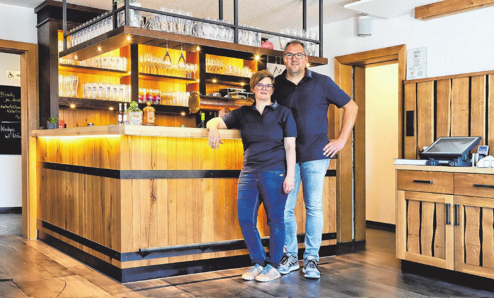 Das Wirtsehepaar Anja Eiberger-Fuchs und Bernd Fuchs im Gastraum. FOTO: HAFI