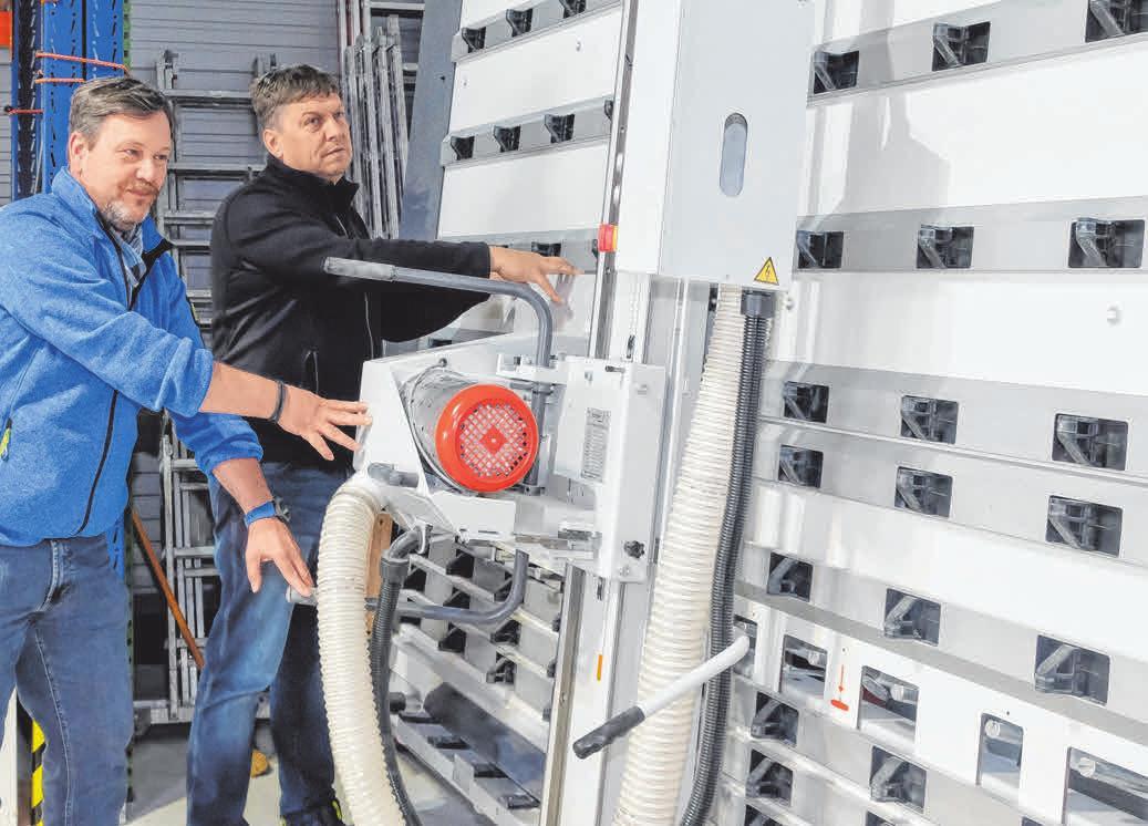 Die RMP-Geschäftsführer Wolfgang Noll (links) und Reinhold Petzi demonstrieren eine neue Sägevorrichtung zum Schneiden von speziellen Brandschutzplatten- und Matten.