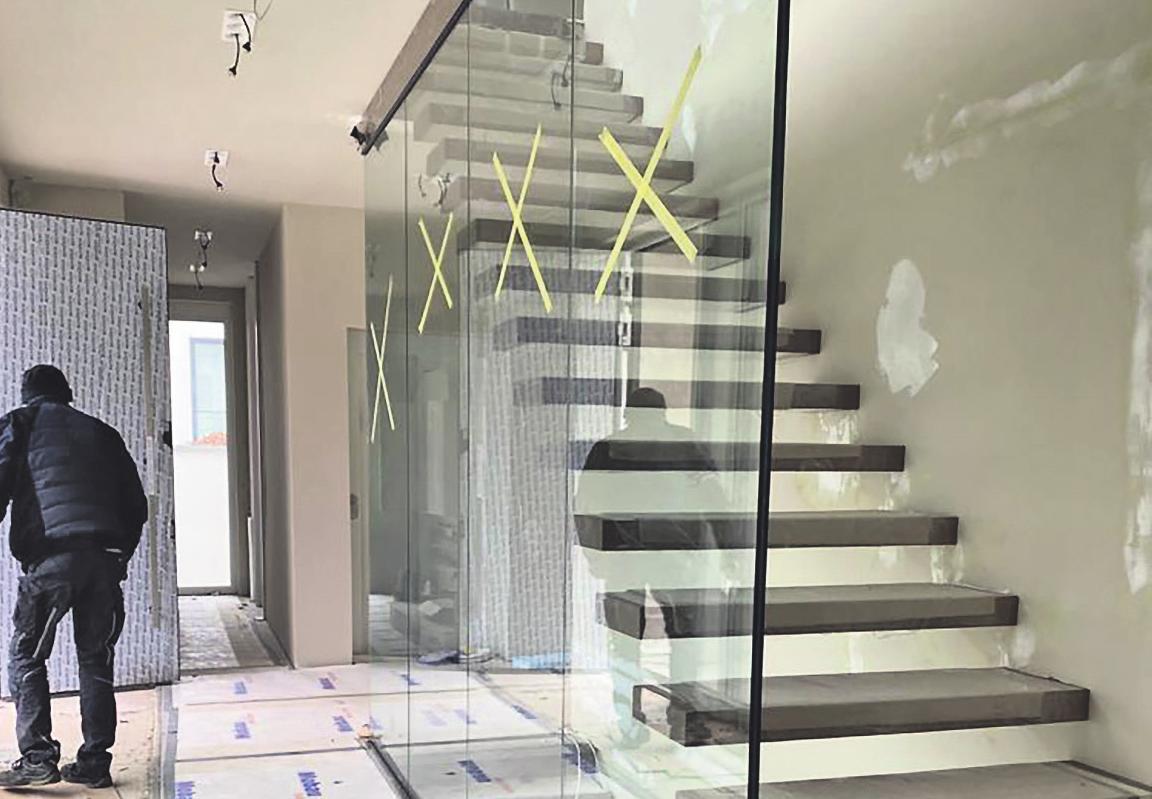 Schlichte Eleganz in Perfektion: Der verglaste Treppenbereich ist ein absoluter Hingucker und ermöglicht einen maximalen Lichteinfall Bild: Glas Friedrichs