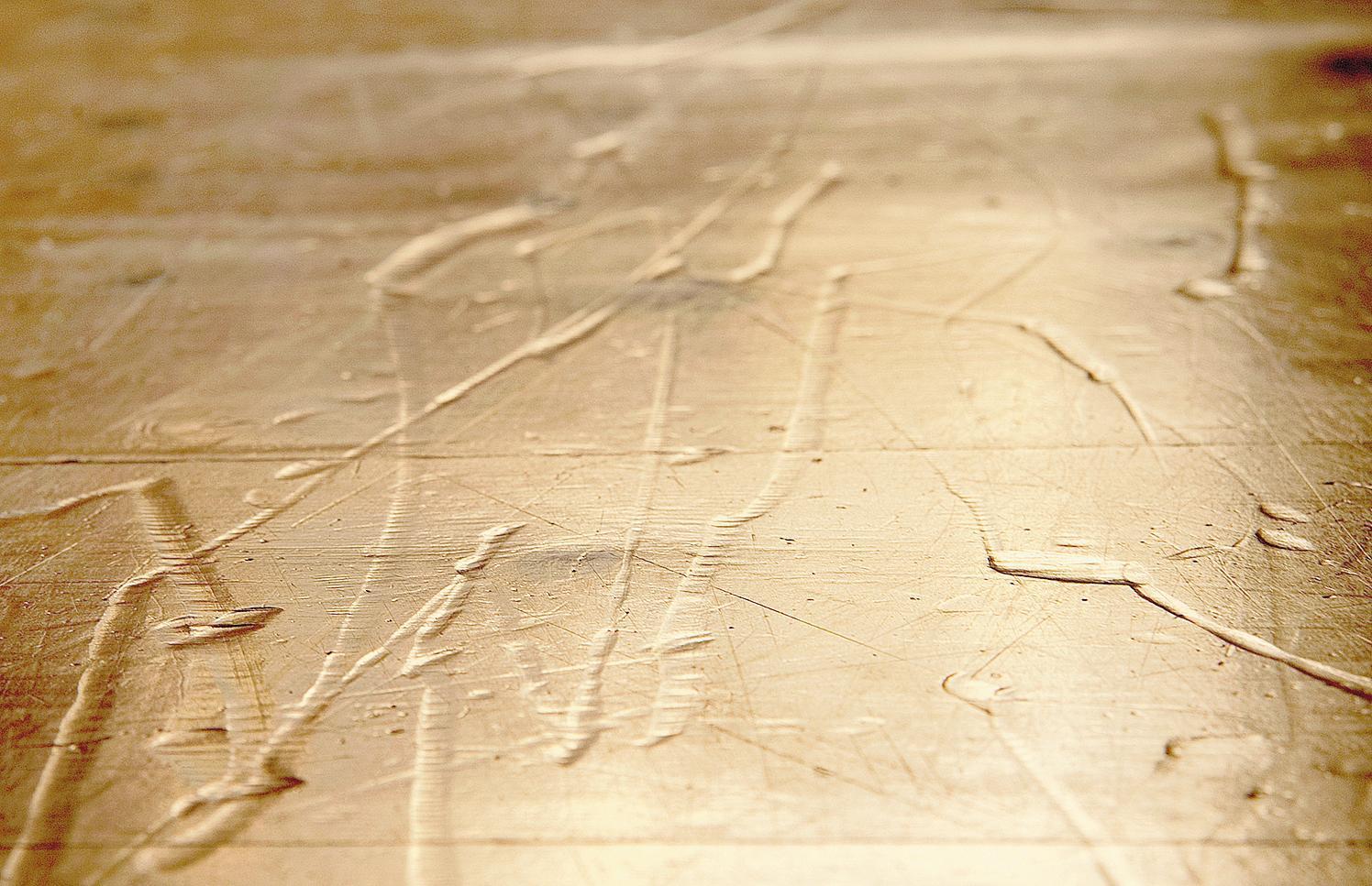 Kleinere Druckstellen im Holz können mit einem feuchten Tuch und einem Bügeleisen behandelt werden. FOTO: DPA