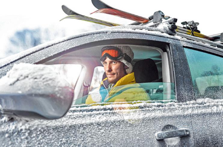 Bei frostigen Temperaturen, zum Beispiel bei der Fahrt in den Winterurlaub, muss auf die Technik jederzeit Verlass sein. Mit einem Fahrzeugcheck können Autofahrer vorbeugen.