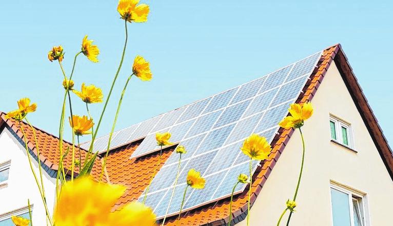 Investitionen in Photovoltaik lohnen sich für private Verbraucher sowohl finanziell als auch ökologisch. FOTO: DJD/E.ON/ANWEBER - FOTOLIA