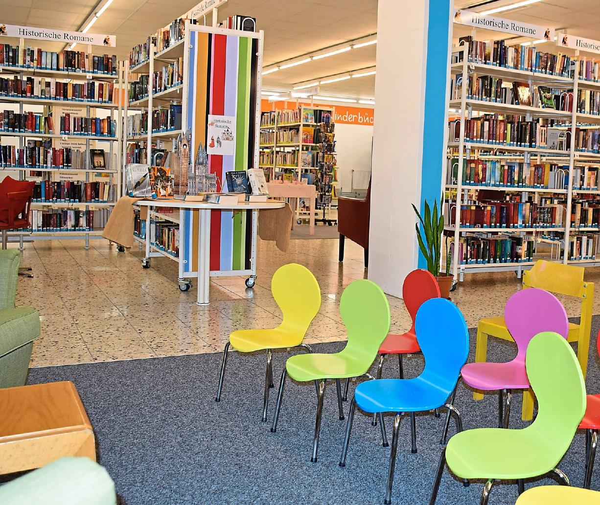 Bücher über Bücher – ehe man da einmal durch ist ... Die Stadtbücherei heute. Foto: SZ