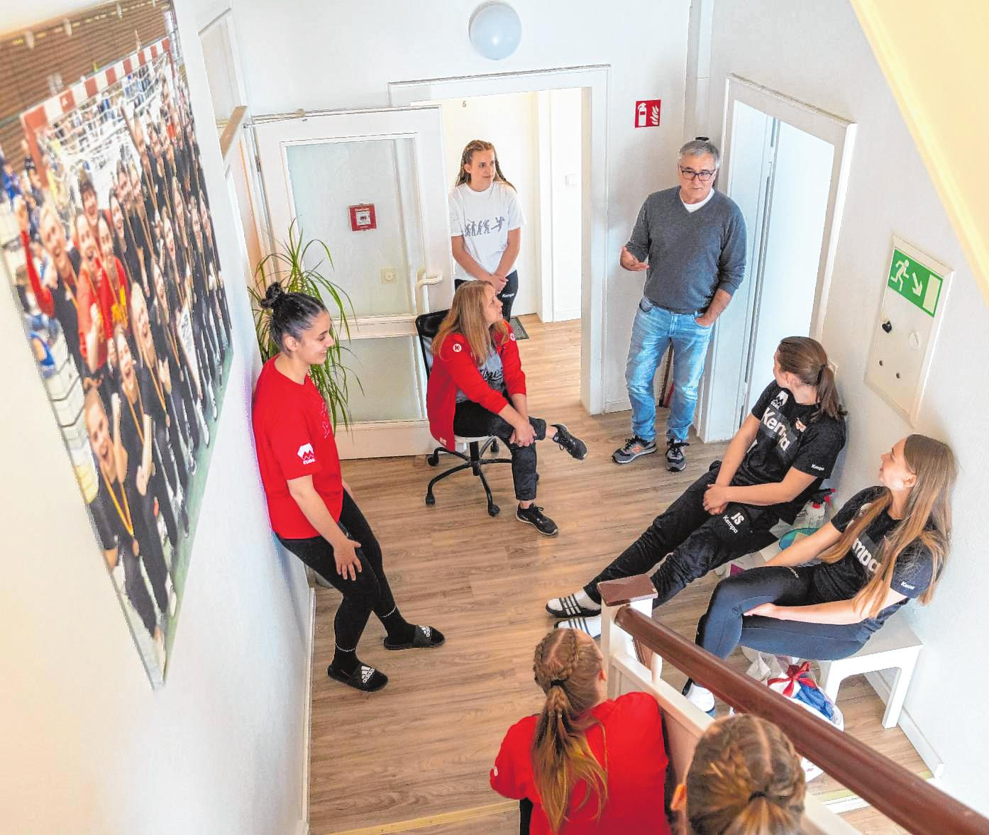 Gesprächsrunde in der Handball-WG mit Bea Schwarzwald und Volker Massoth. Bild: Thomas Neu