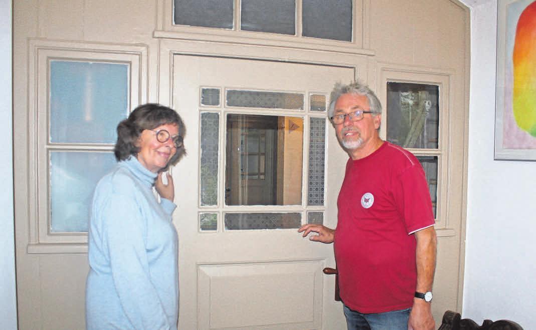 Konstanze Guhr und Bernd Koppermann vor einer Zwischentür im Haupthaus, die gut erhalten war, aufgearbeitet wurde und nach der Sanierung des Hauses in neuem Glanz erscheint.
