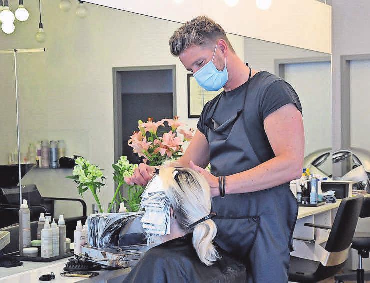 Friseurmeister Timo Fuchs freut sich darüber, wieder arbeiten zu dürfen.