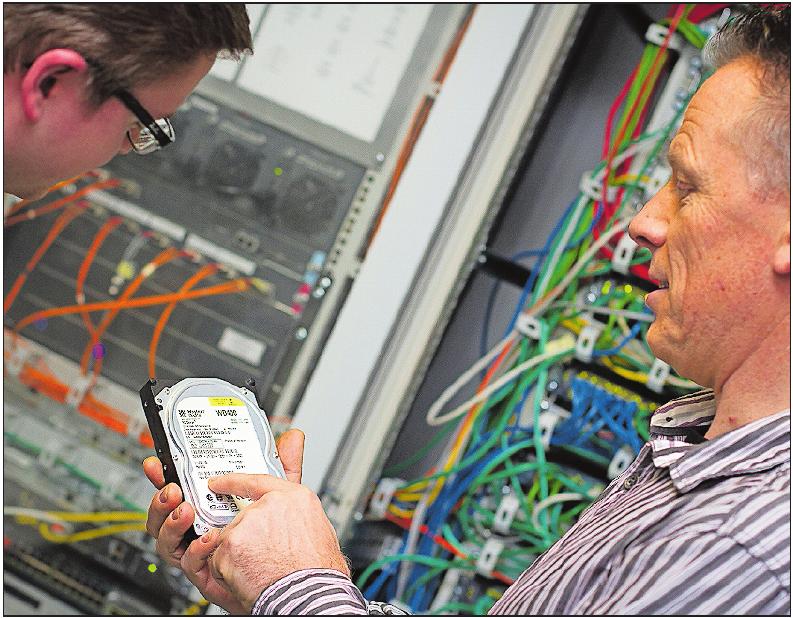 Praxis: Ausbilder Michael Blum unterweist einen Fachinformatiker- Azubi im Serverraum. FOTO: FREI