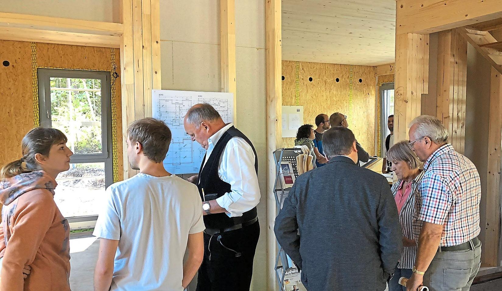 Für Fragen und Antworten rund um energieeffizientes Bauen mit Holz standen Zimmerermeister der Zimmerei Treiber sowie das Team der ENA – unabhängigen EnergieBeratungsAgentur GmbH – des Landkreises Roth zur Verfügung. Foto: ENA