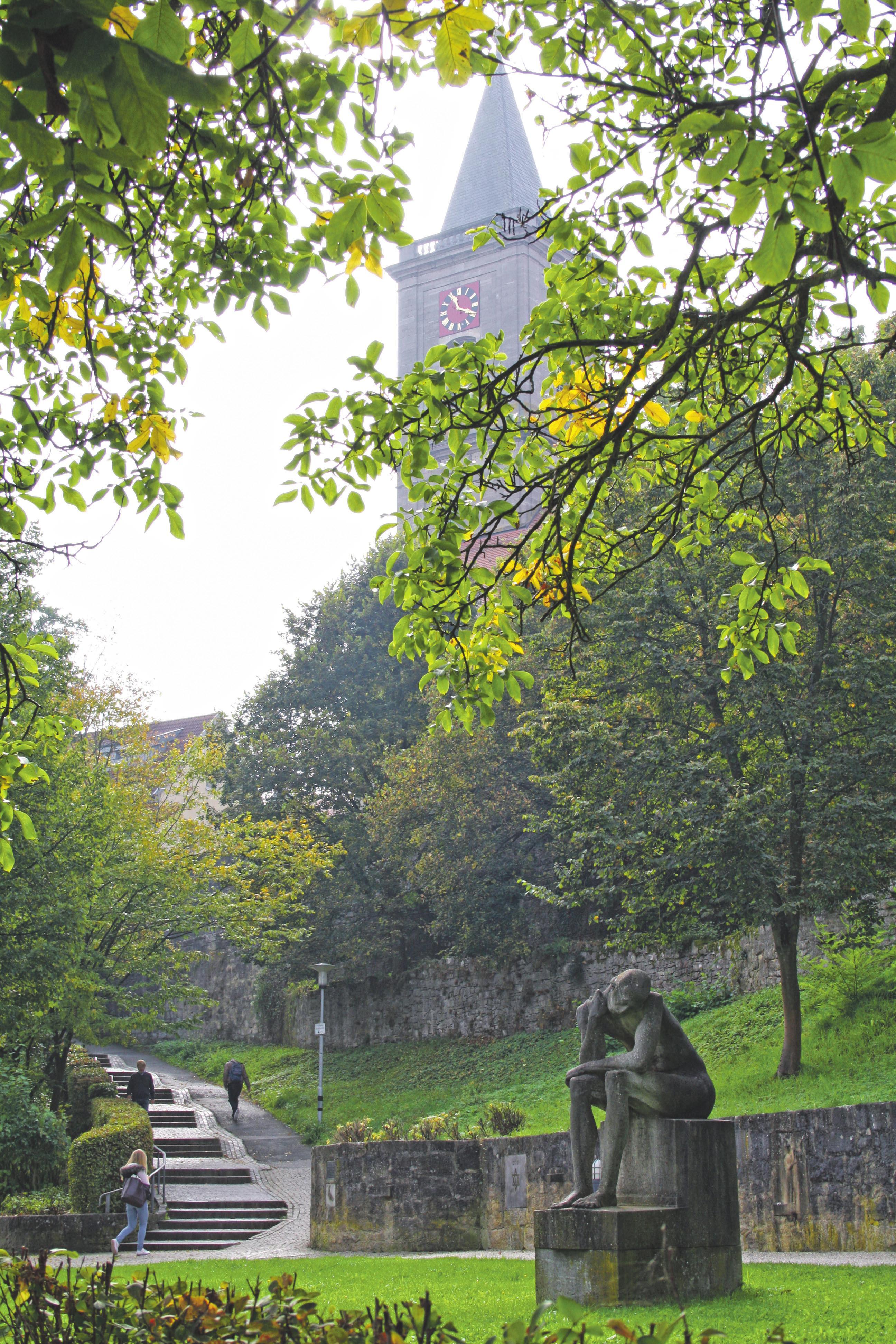 Stadtmauer mit Stadtpfarrkirche Mariä Himmelfahrt im Hintergrund Foto: Jessica Rohrbach
