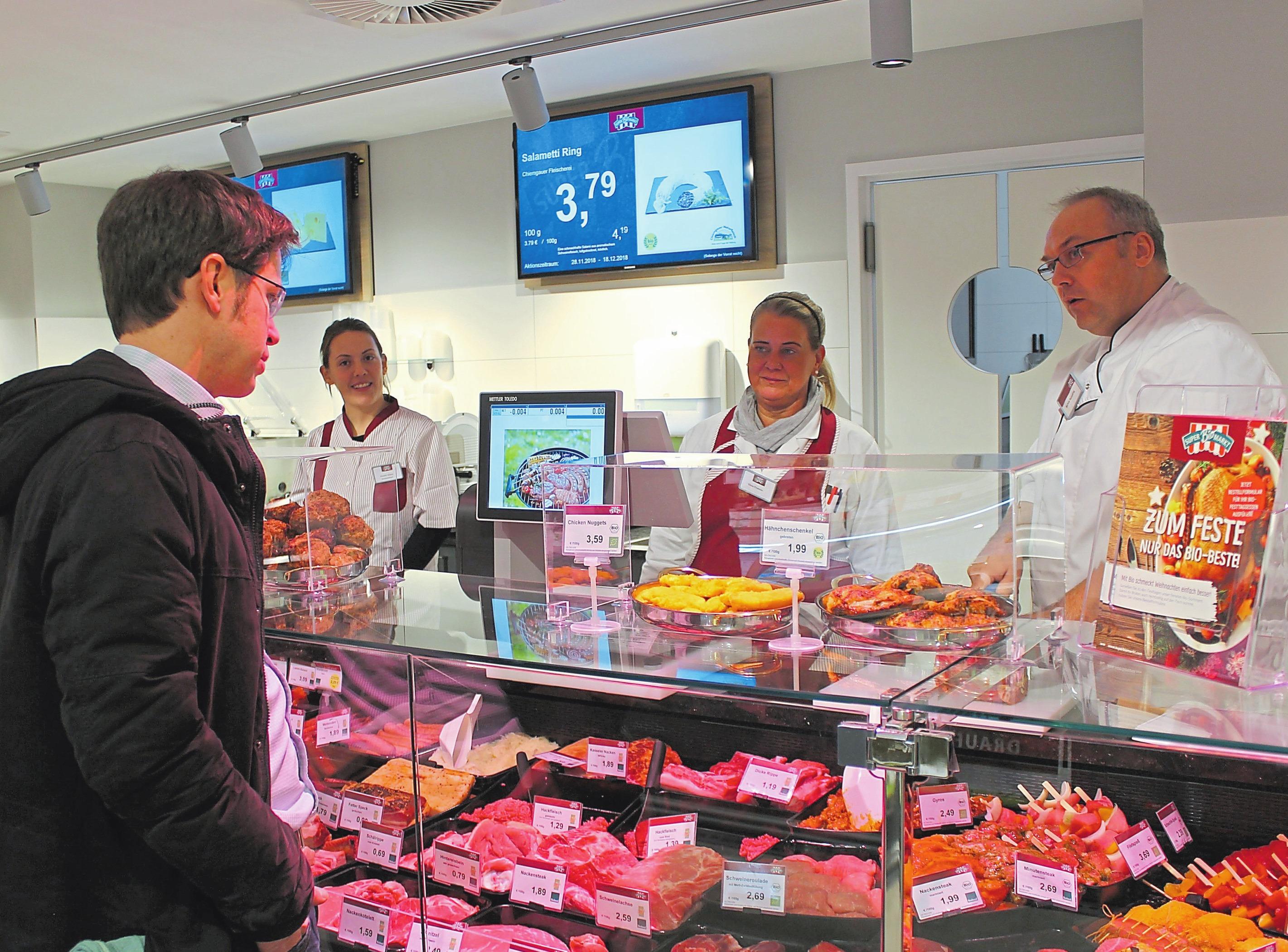 Erstklassige Beratung an der Fleischtheke garantieren unter anderem Kerstin Graine (v.l.), Silvia Fromme und Markus Reineking. Foto: kri