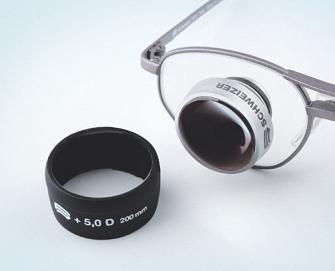 Mit einer Fernrohrbrille lassen sich Objekte in weiterer Entfernung besser erkennen, für den Nahbereich wird eine Aufstecklinse verwendet Bild: djd/A. Schweizer/quadratmedia