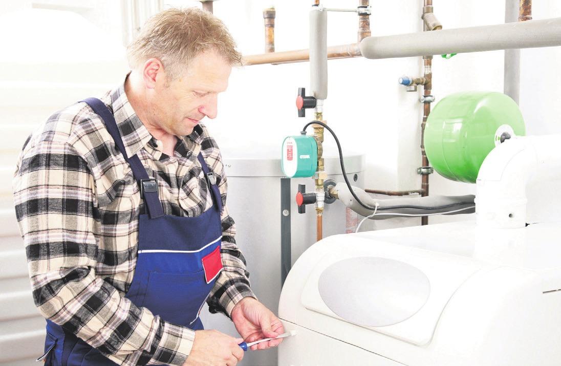 Bei Bedarf tauscht der Fachhandwerker Verschleißteile wie Brennerdüse und Ölfiltereinsatz aus und prüft alle Regelungs- und Sicherheitseinstellungen. Foto: djd/IWO