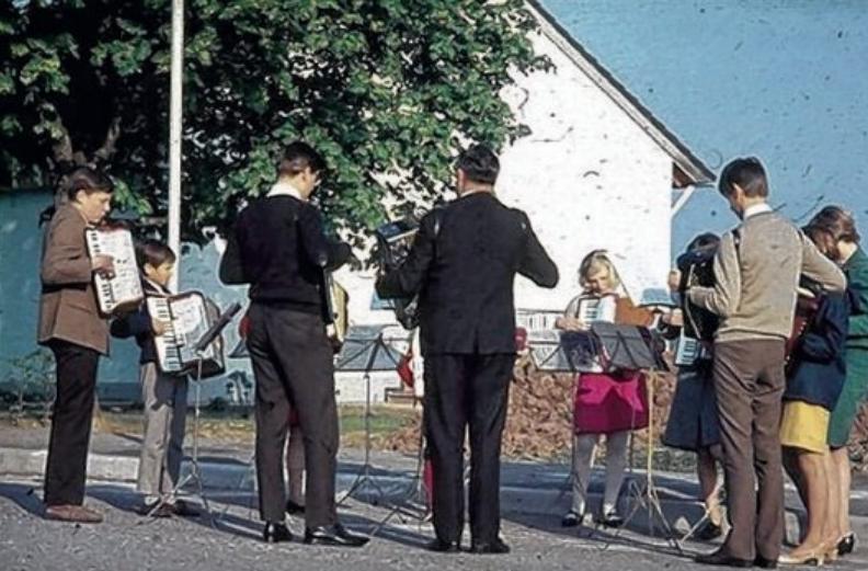 Akkordeon spielende Musikanten in Hörschweiler vor einem halben Jahrhundert, im Jahr 1969.