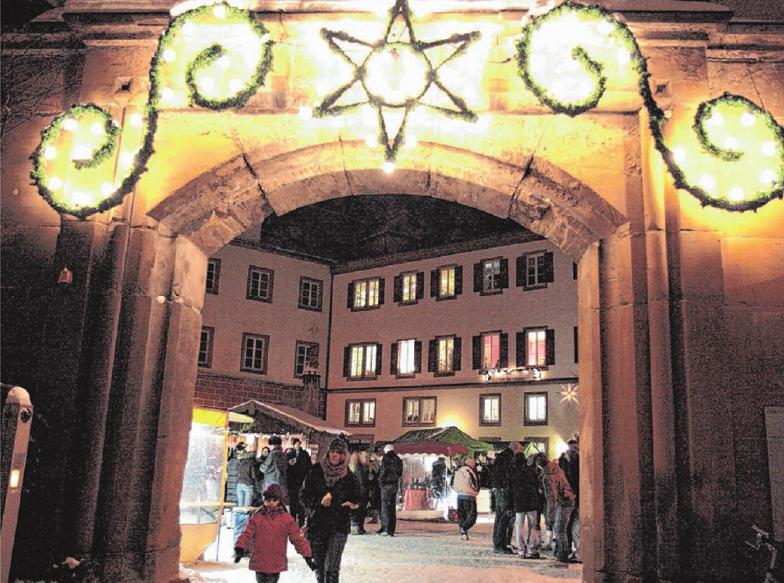 Die Donzdorfer Schloss-Weihnacht öffnet am Wochenende mit einem vielfältigem Programm ihre Tore. Auch der Nikolaus kommt vorbei und bringt den Kindern Geschenke mit. Fotos: Stadt Donzdorf