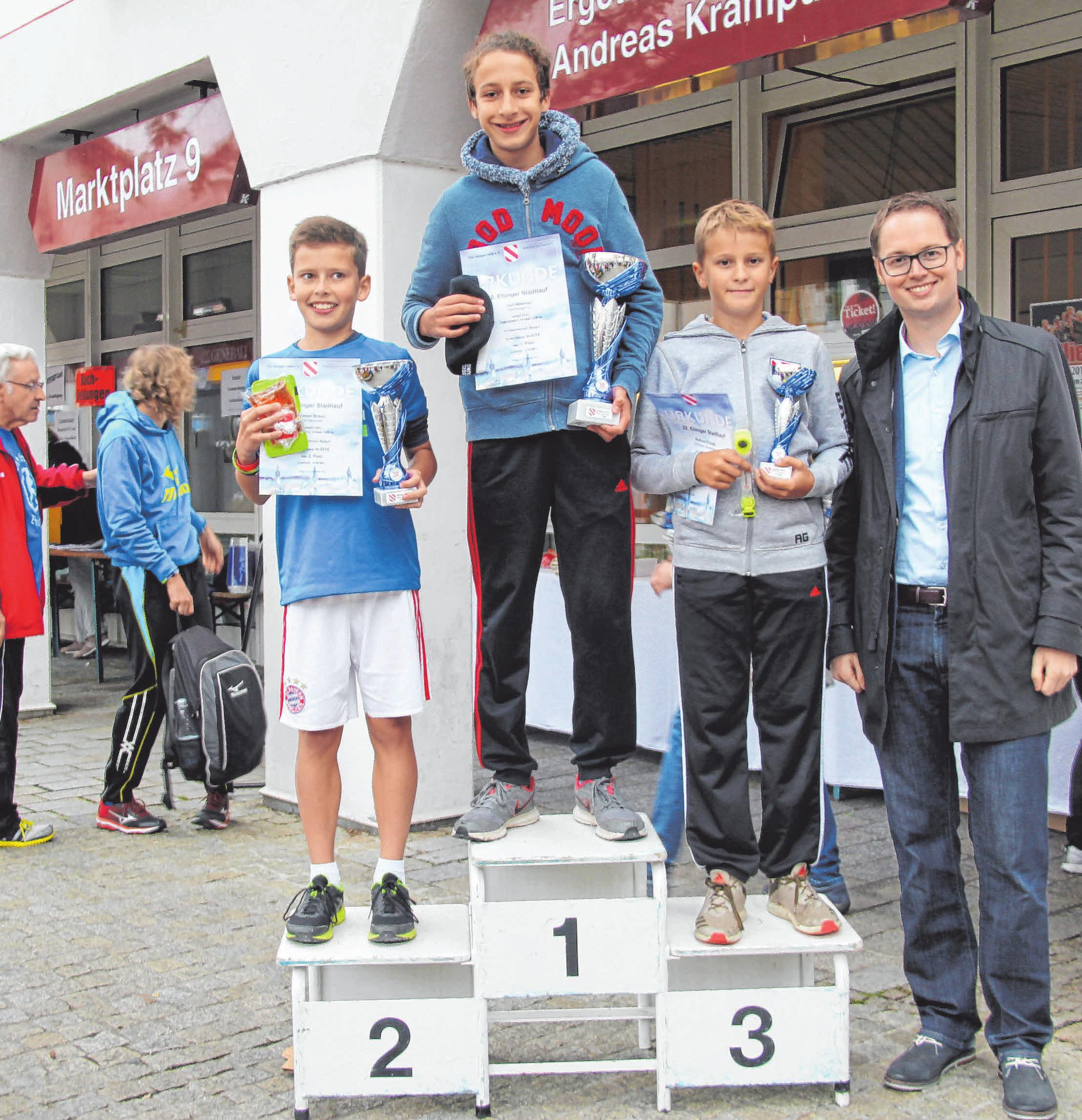 Die Sieger werden nach den Rennen auf dem Marktplatz geehrt.