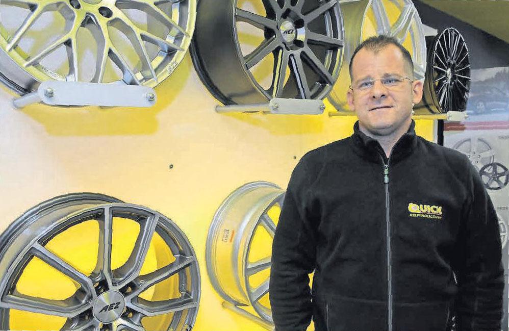 Björn Filipczak ist Inhaber von Quick Reifendiscount in Kirchrode. Foto: Bode
