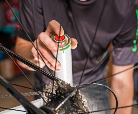 Fahrradfahrer sollten regelmäßig die Kette ölen. Foto: bodiaphoto/stock.adobe.com