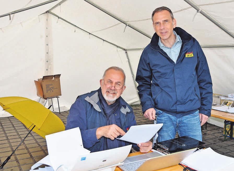 Johann Pape, Aufsichtsratsvorsitzender der GmbH, ist seit vielen Jahren für die Auswertung der Prüfbögen verantwortlich. Sven-Marcus Fürst schaut ihm dabei über die Schulter.