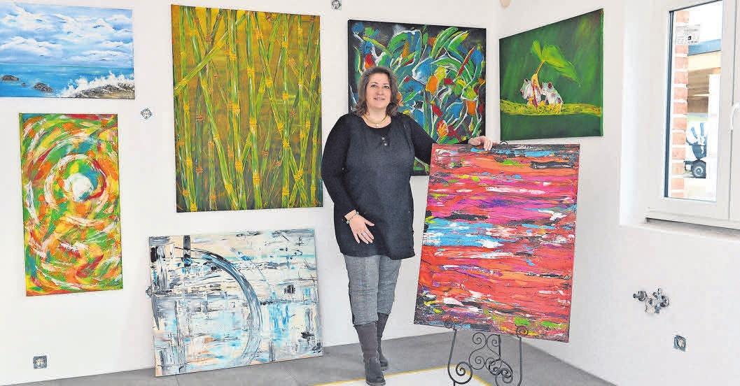 Am Tag der Besichtigung sind die Wände einer Haushälfte mit Malereien von Ilona Nitsch versehen. FOTO:_HARTWIG