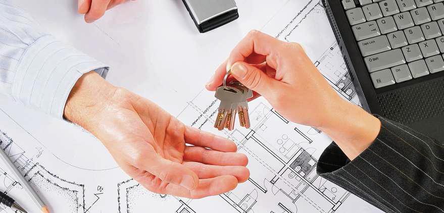 Erst ganz zum Schluss bekommt der Käufer vom Bauträger den Schlüssel zur Immobilie übergeben. FOTO: DOMIN/ ISTOCK
