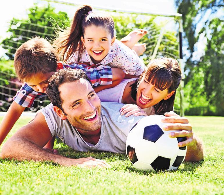 Gemeinsame sportliche Unternehmungen mit den Eltern machen dem Nachwuchs besonders viel Spaß und fördern den Familiensinn. Foto: z/djd/Emil/Monkey Business/Fotolia