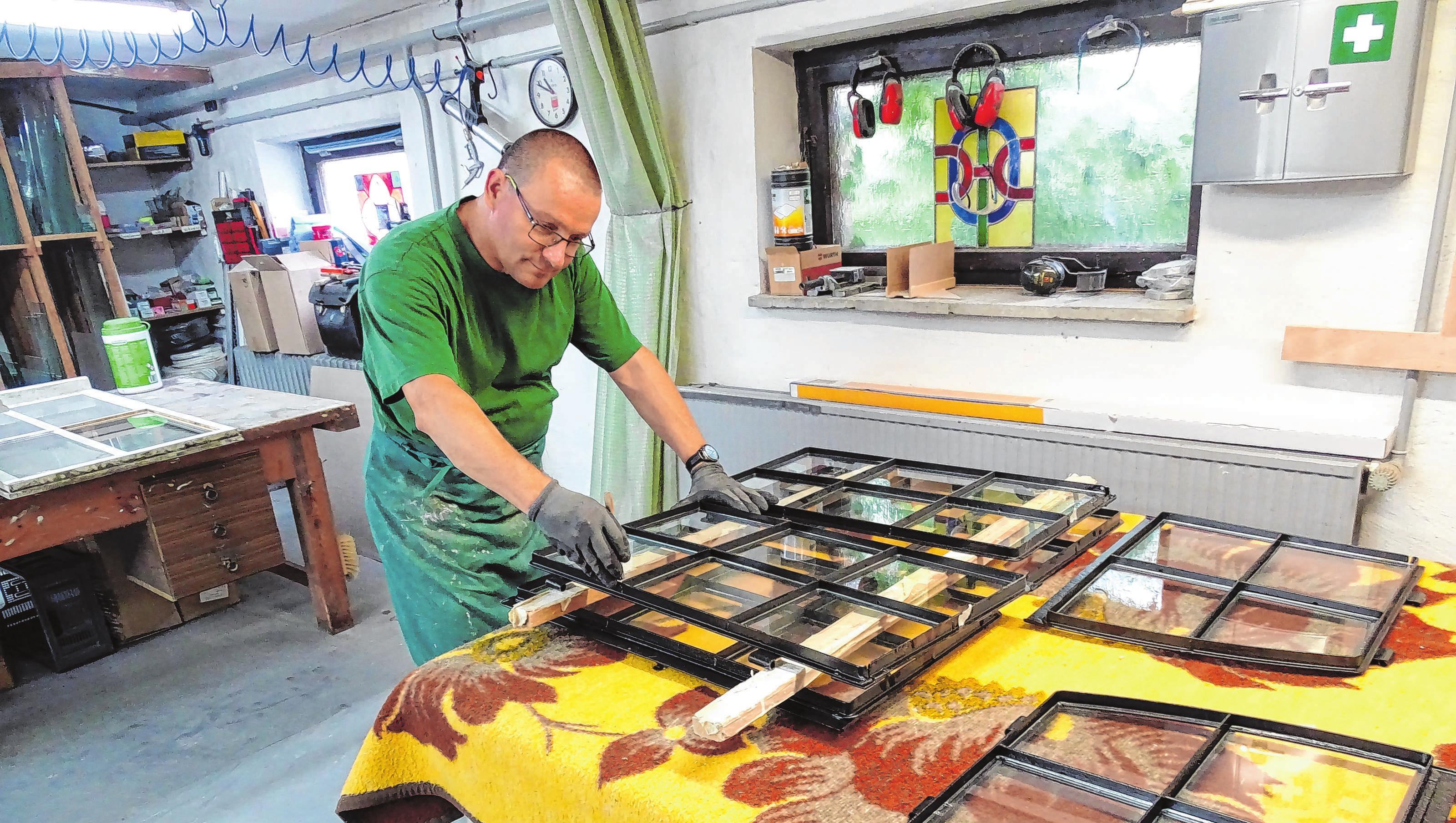 Wolfgang Stepke bei der Arbeit in der Werkstatt der Kunst- und Bauglaserei. Fotos: lm