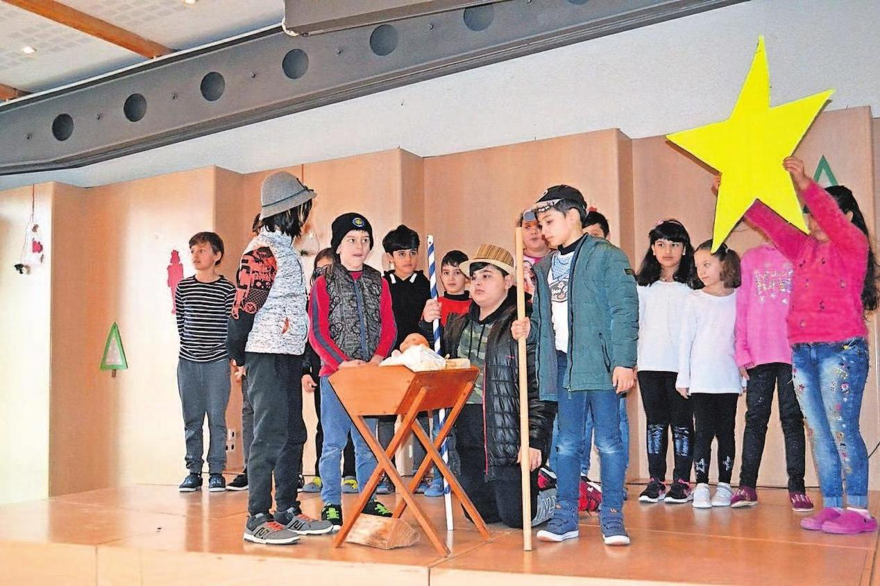 Ein großes Lob haben die Selber Schulen verdient, die mit Krippenspiel, Liedern und Gedichten auf Weihnachten einstimmen.