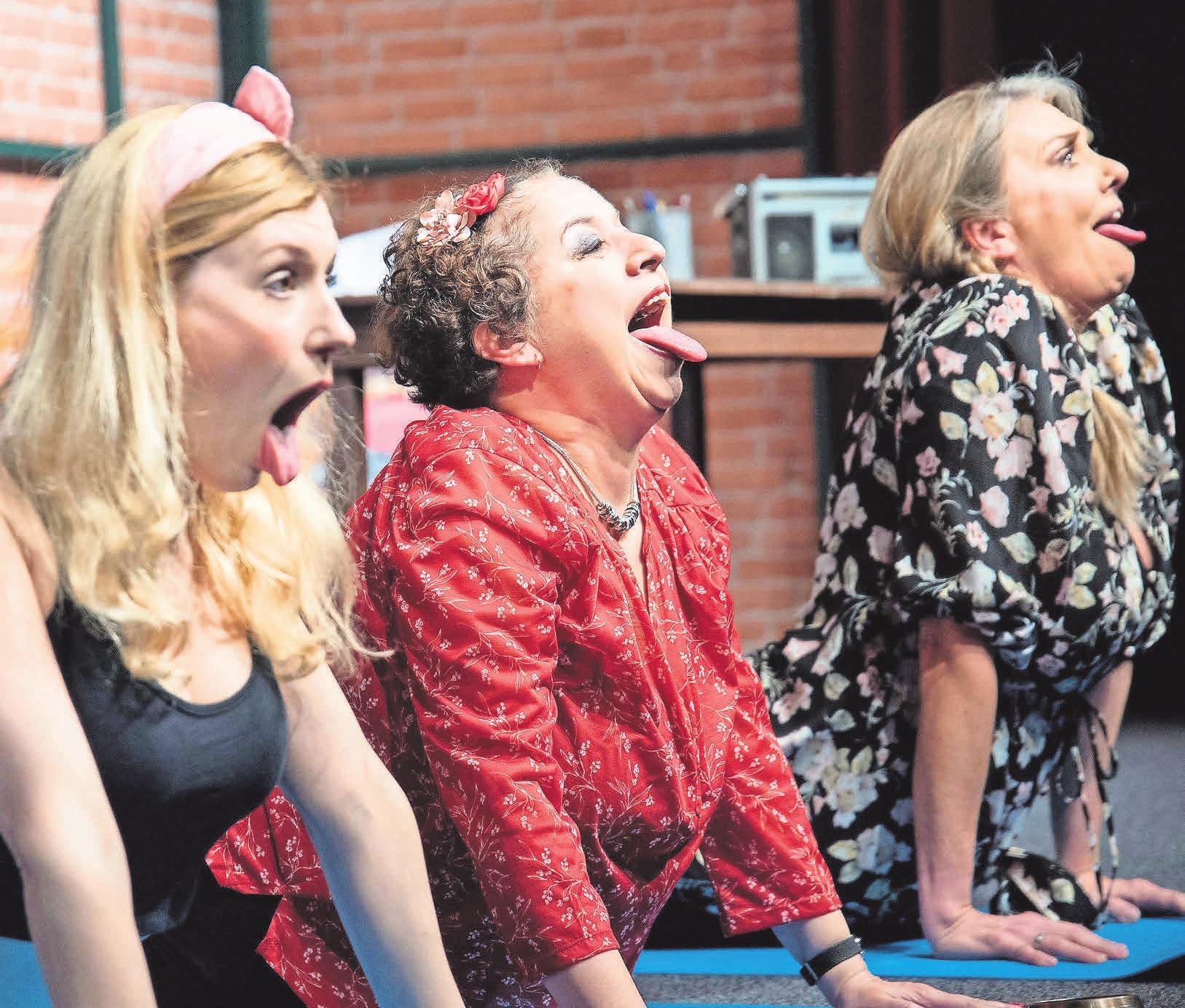 """Hannah Baus (von links), Franziska Traub und Nicole Belstler-Boettcher """"stöhnen"""" unter anderem am Valentinstag im Theater am Aegi um die Wette. Foto: Imagemoove"""