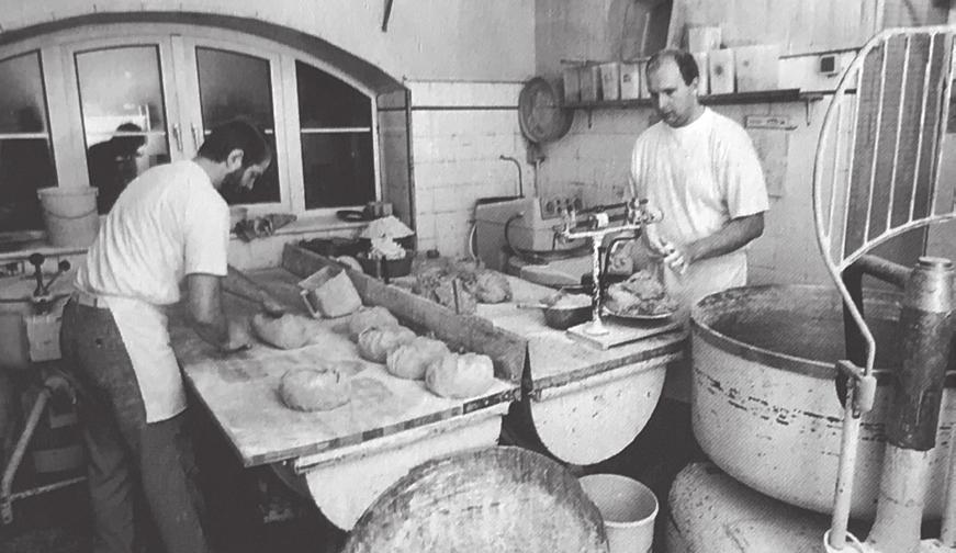 """Bäckerei Claus Schulze 1994. Fotos (3): Repro aus der """"Geschichte Vorsfeldes"""", Stadtarchiv Wolfsburg"""