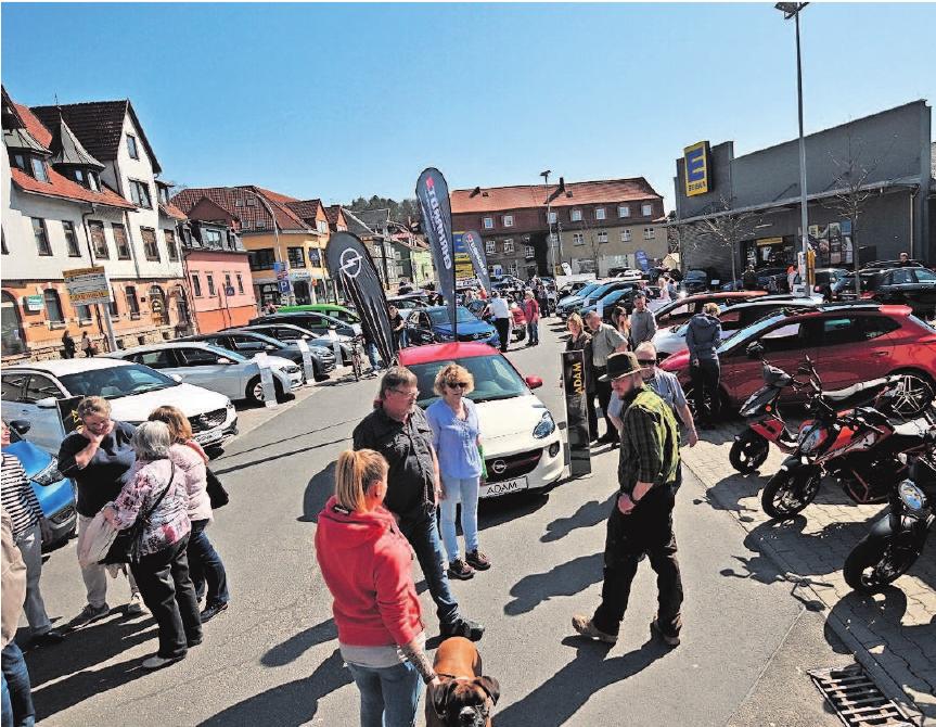 Autohäuser präsentieren auf dem Edeka-Parkplatz neue Modelle. Foto: Stadtverw.