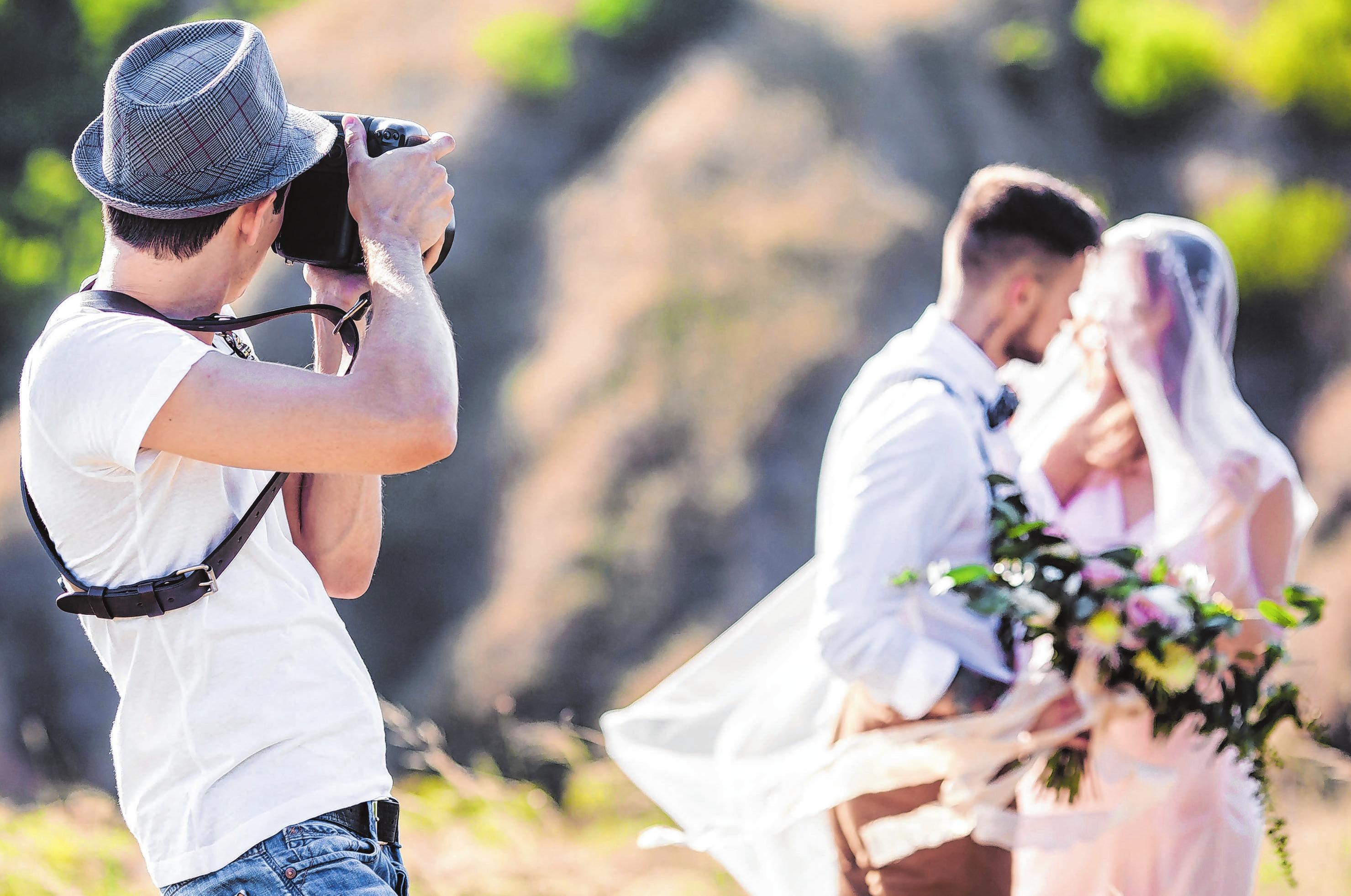 Für die Hochzeitsfotos sollte das Paar einen Profi engagieren. Foto: ©Evgenyrychko/Shutterstock.com