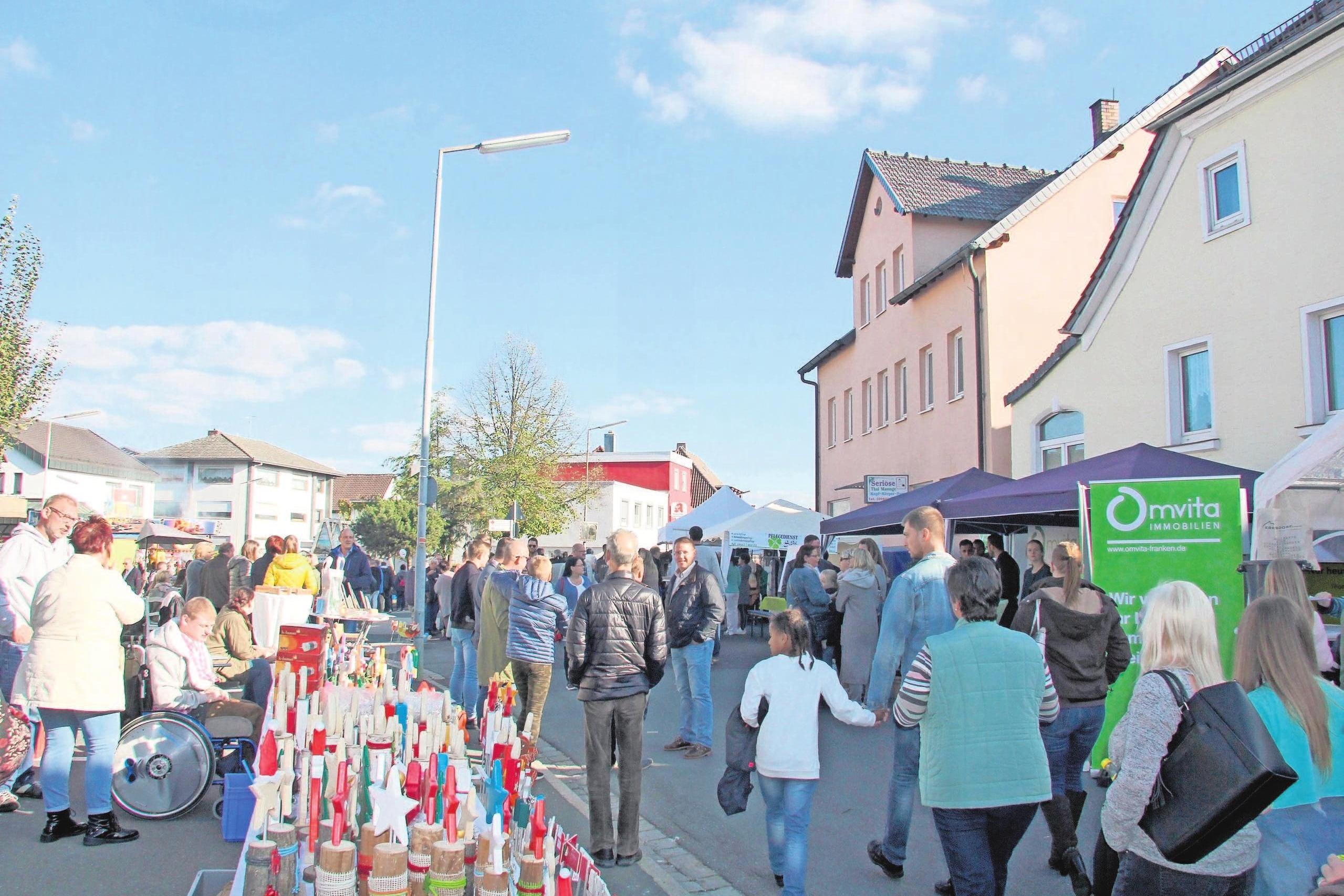 Reges Markttreiben: Auch Vereine, wie der Obst- und Gartenbauverein Ebersdorf-Frohnlach, sind vertreten. Fotos: kat