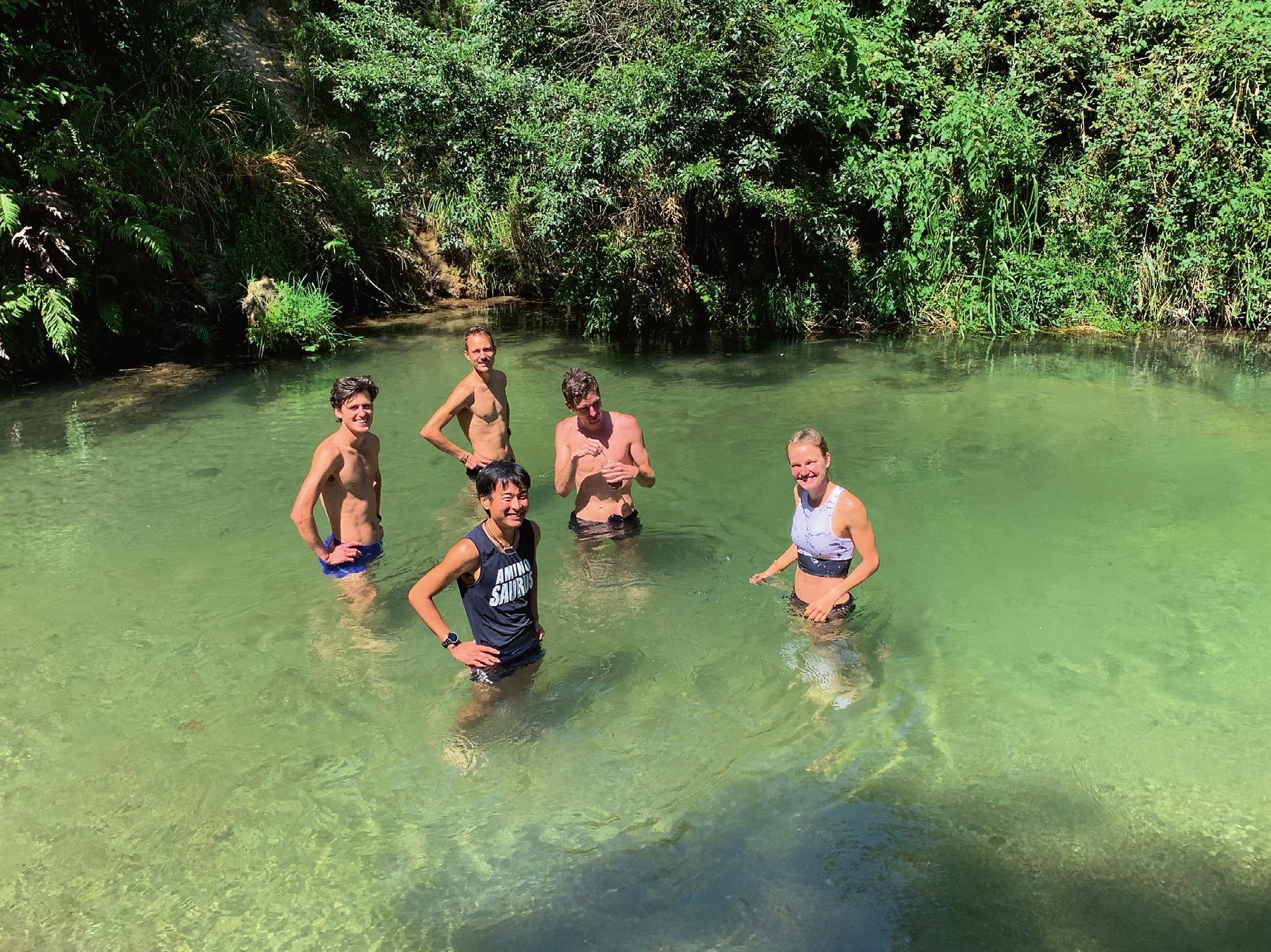 Unter neuseeländischer Sonne: Das Laufteam sucht Erfrischung zwischen anstrengenden Trainingseinheiten