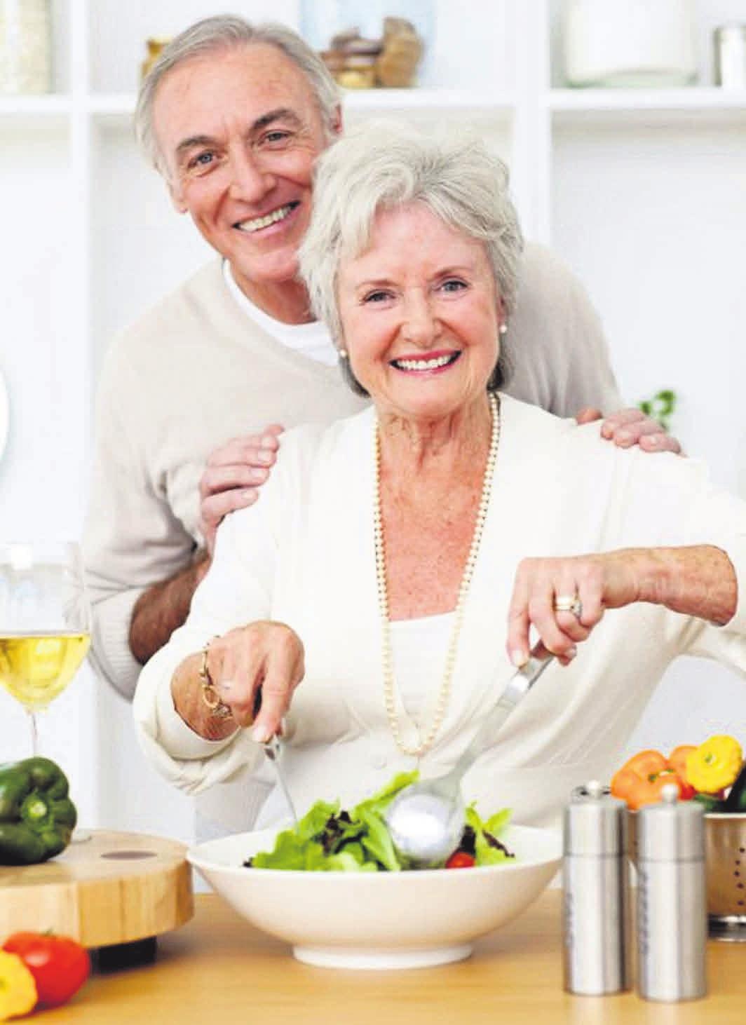 Im Alter lässt der Energiebedarf nach, der Bedarf an lebenswichtigen Nährstoffen bleibt aber gleich. Foto: WavebreakMediaMicro/fotolia/Nestlé Ernährungsstudio