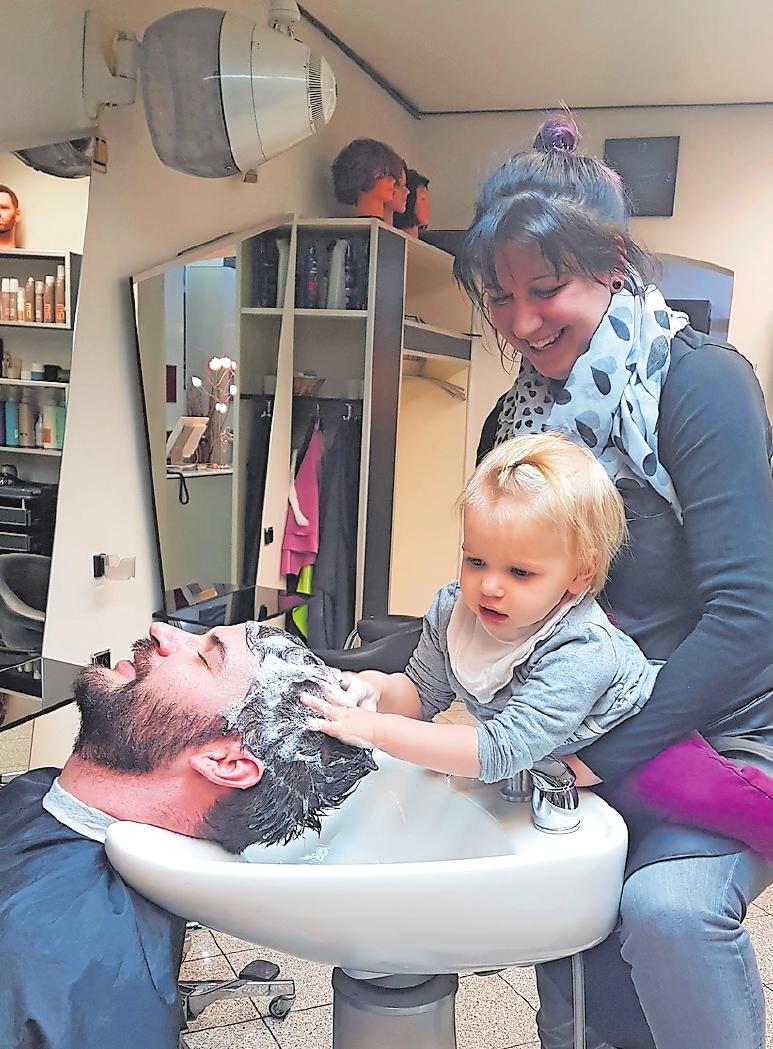 Fliegender Generationswechsel: Sanja übt sich beim Haarewaschen, unterstützt von ihrer Mama, Friseurmeisterin Alexa Kirsch. Kirsch übernimmt in Kürze den Hairpoint33. FOTO: SCHAAR