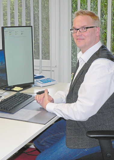 Steuerberater Dominik Selker informiert über die Möglichkeiten der Mitarbeiterbindung beispielsweise mit der Überlassung eines Dienstrades. Foto: Dorothee Harbers