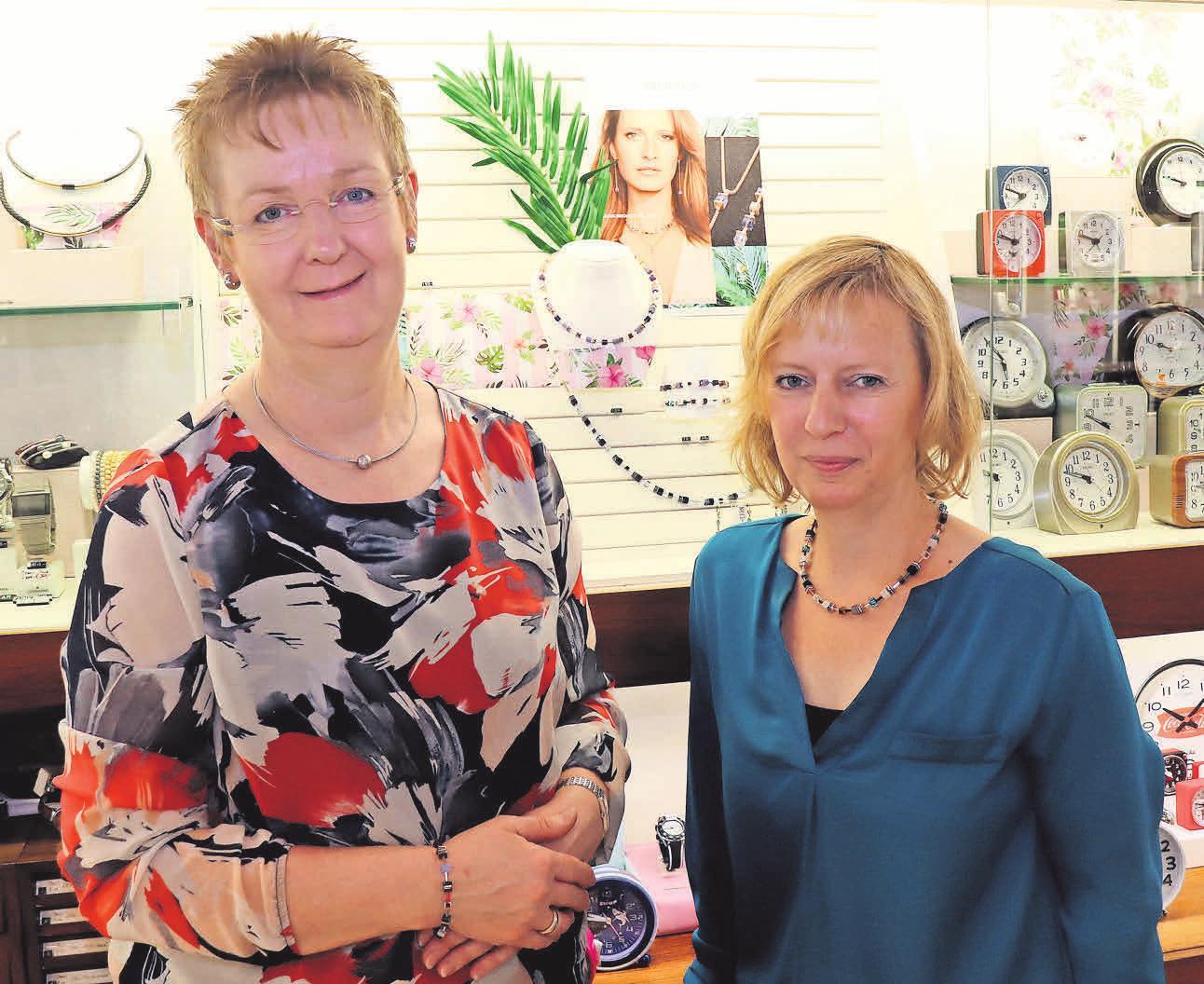 Kathrin Rudolph (links) und Sandra Kulisch zeigen den neuen, sommerlichen Schmuck der Marke Coeur de Lion.