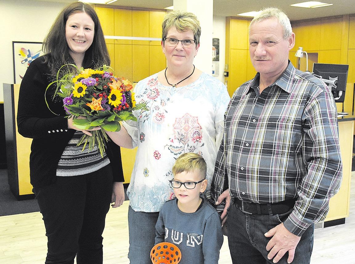 Birte-Kristin Buchholz gratulierte Silvia und Uwe Naleppa (von links). Enkelsohn Lukas freute sich mit. Foto: Volksbank Celle