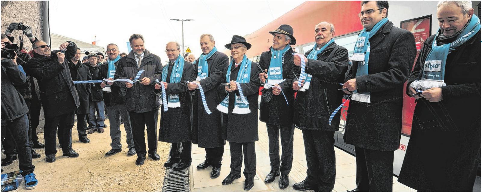 Politiker, Vertreter von Bahn, Ding und SWU sowie engagierte Bürger durchschneiden 2013 nach der Einfahrt des ersten planmäßigen Zuges nach 47 Jahren in Weißenhorn ein Band.