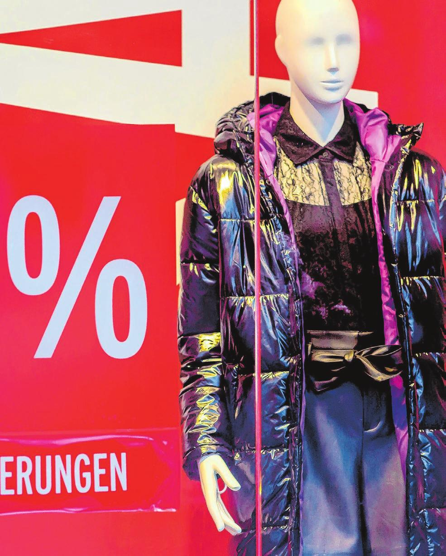 Viele Händler konnten ihre Saisonware nicht abverkaufen und werben jetzt mit kräftigen Preisreduzierungen. Foto: Imago-Images