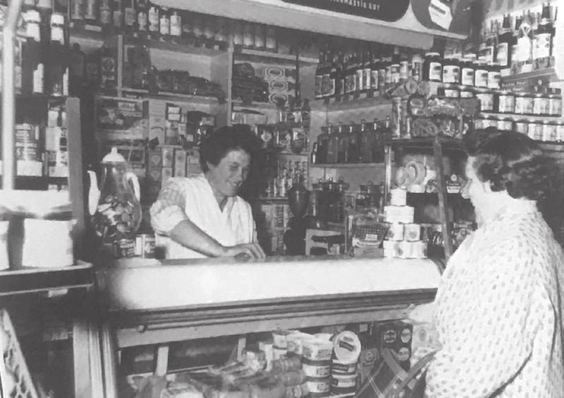 """Lebensmittelladen Eckebrecht um 1960. Fotos (3): Repro aus der """"Geschichte Vorsfeldes"""", Stadtarchiv Wolfsburg"""