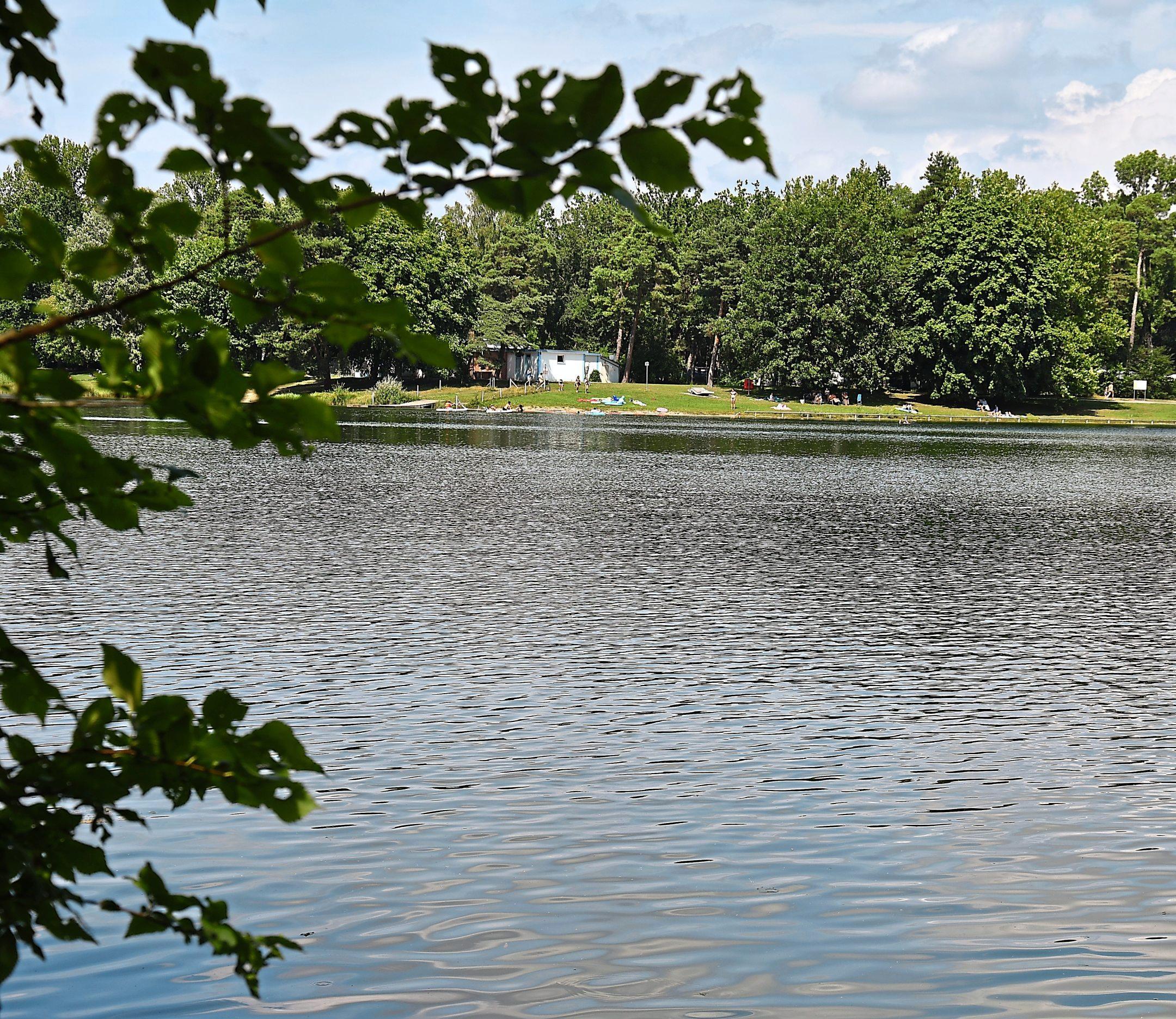 Der idyllisch gelegene Auwaldsee ist ein beliebtes Naherholungsgebiet. Eingebettet ist das Gewässer zwischen der Autobahn und dem Gewerbegebiet an der Manchinger Straße.
