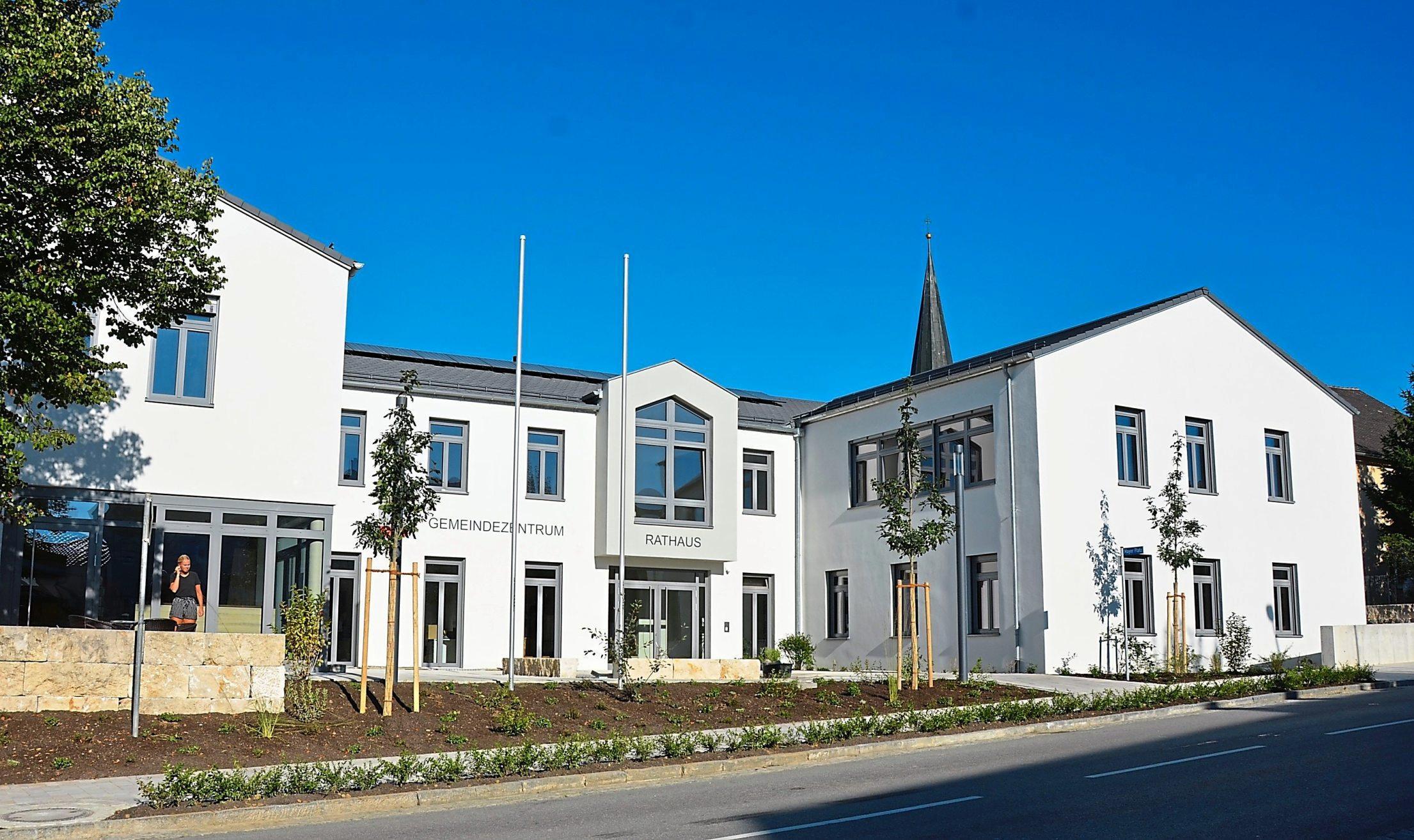 Perfekt präsentiert sich das Neue Gemeindezentrum. Sogar die Außenanlagen sind noch nahezu fertig geworden. Fotos: Feldmann