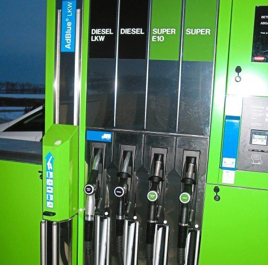 An der Zapfsäule: Diesel, Ad-Blue, Super E5 und Super plus.