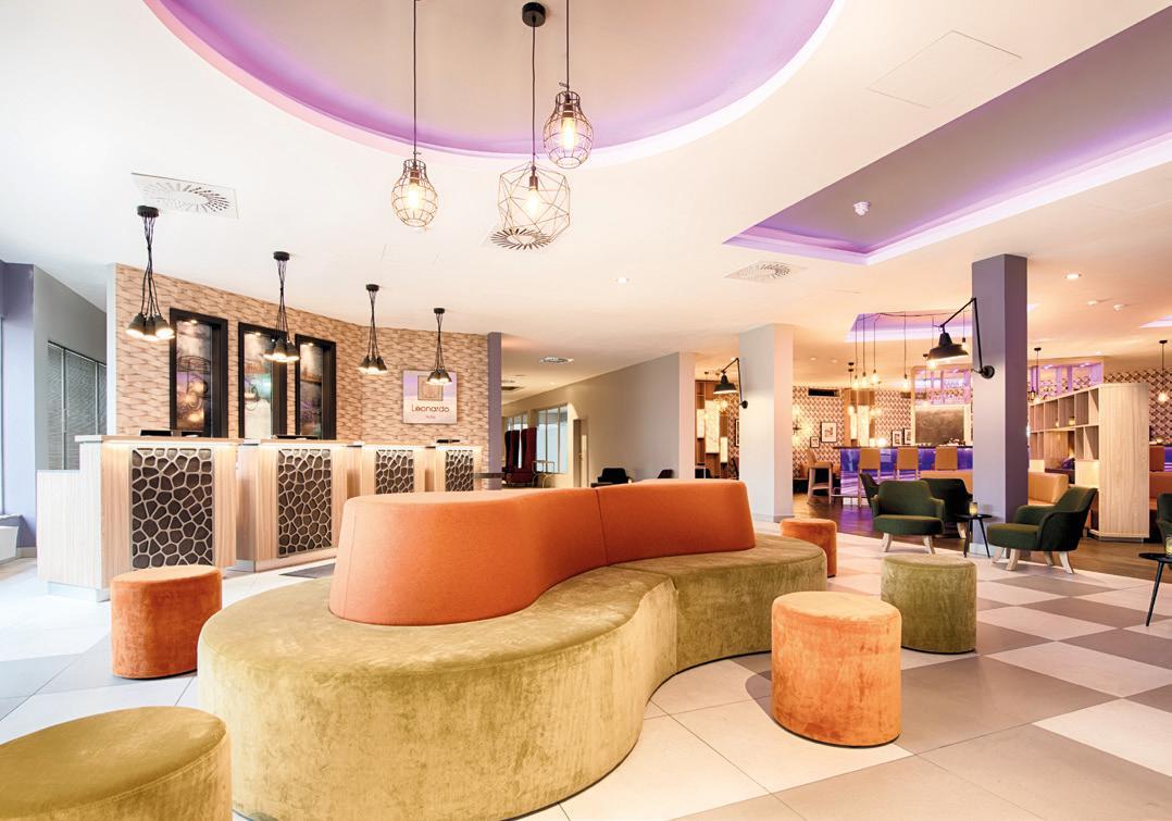 Im Leonardo Hotel lädt das neu gestaltete Open-Lobby-Konzept Gäste zum Verweilen ein. Foto: © Leonardo Hotel