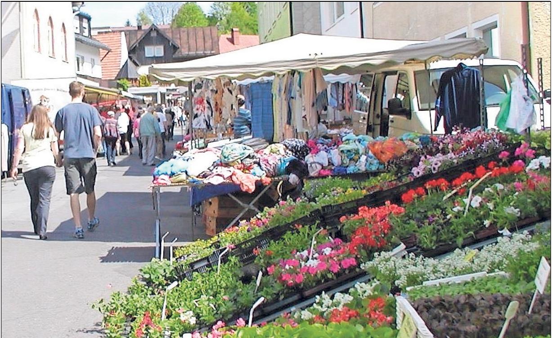 Zahlreiche Händler und auch örtliche Vereine werden am Sonntag in der Ortsmitte Stände aufschlagen und Schönes, Nützliches und Leckeres anbieten. Foto: Gisela Kuhbandner