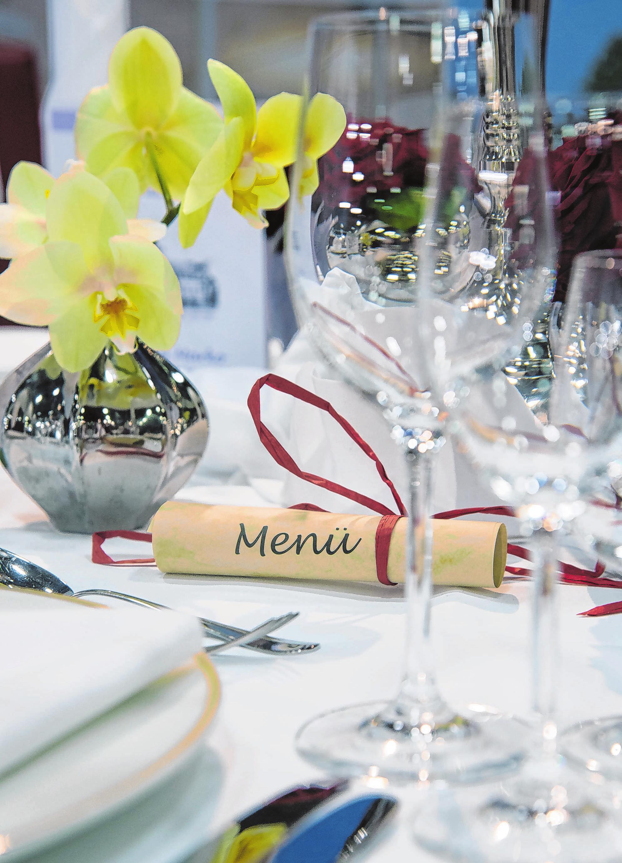 An der Menge des Hochzeitsessens sollte man nicht sparen - doch herzhafte Kost statt ausgefallener Kreationen kann den Geldbeutel schonen. Foto: Andrea Warnecke/dpa-mag