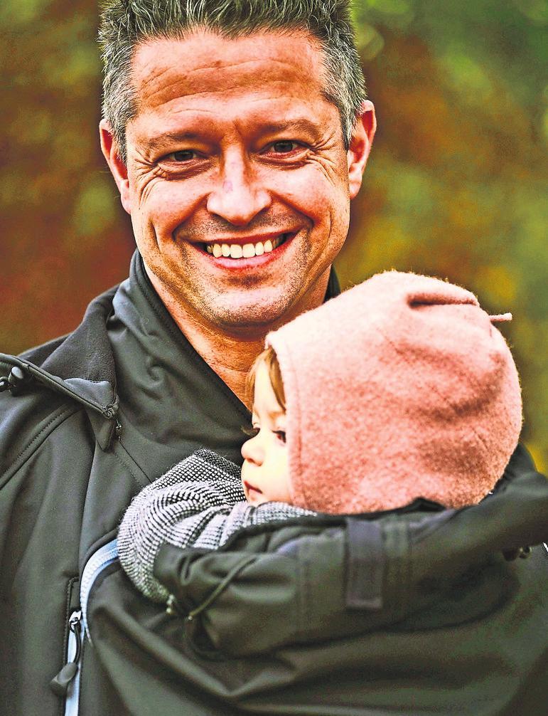 Moderne Väter übernehmen heute oft das Tragen ihrer Sprösslinge – mit der richtigen Bekleidung ist das auch draußen kein Problem.Foto: z/djd/Mamalila/Franz Walter
