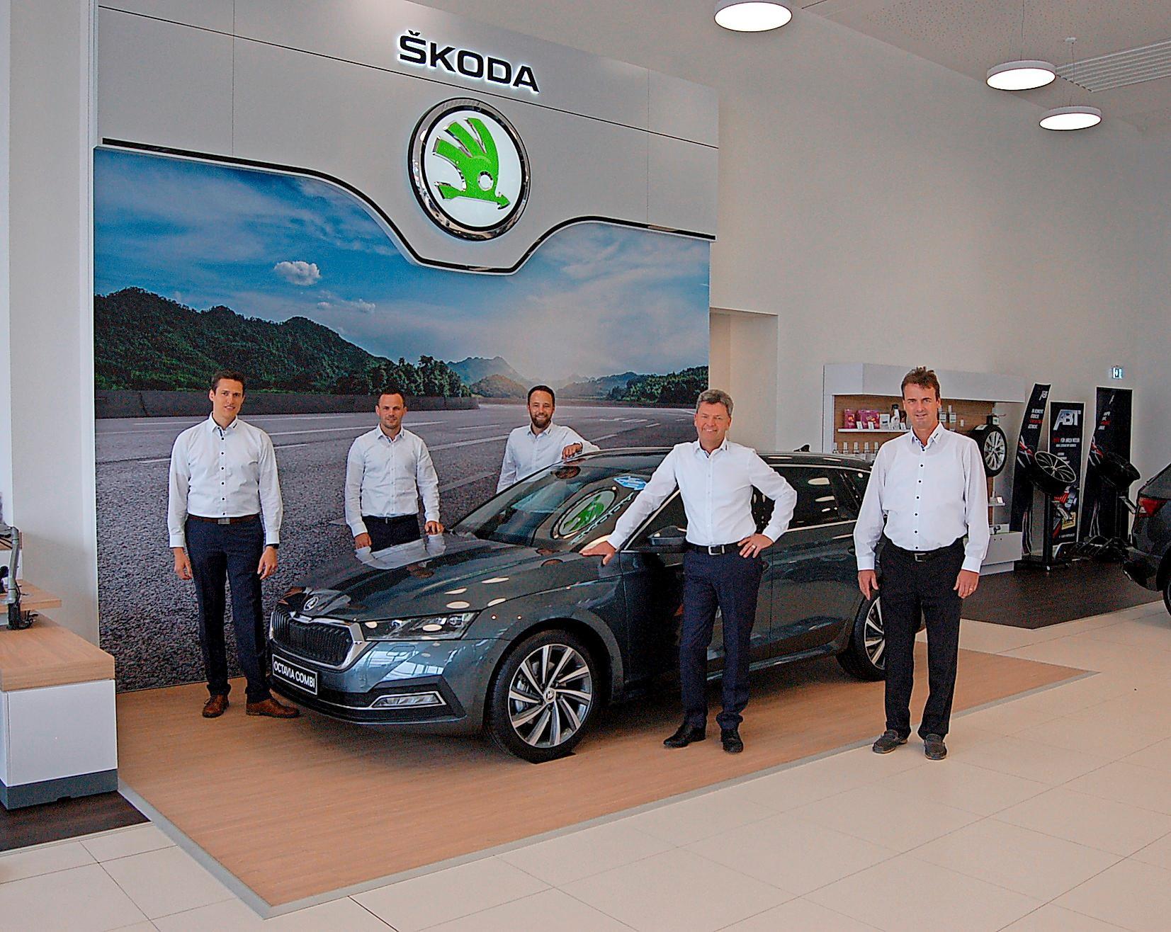 Darüber freut sich das Team mit (von links) Pascal Schmolck, Dirk Winkler, Michael Gleichauf, Stefan Klopfer und Bernhard Schmolck mit dem brandneuen Škoda Octavia in der Mitte.