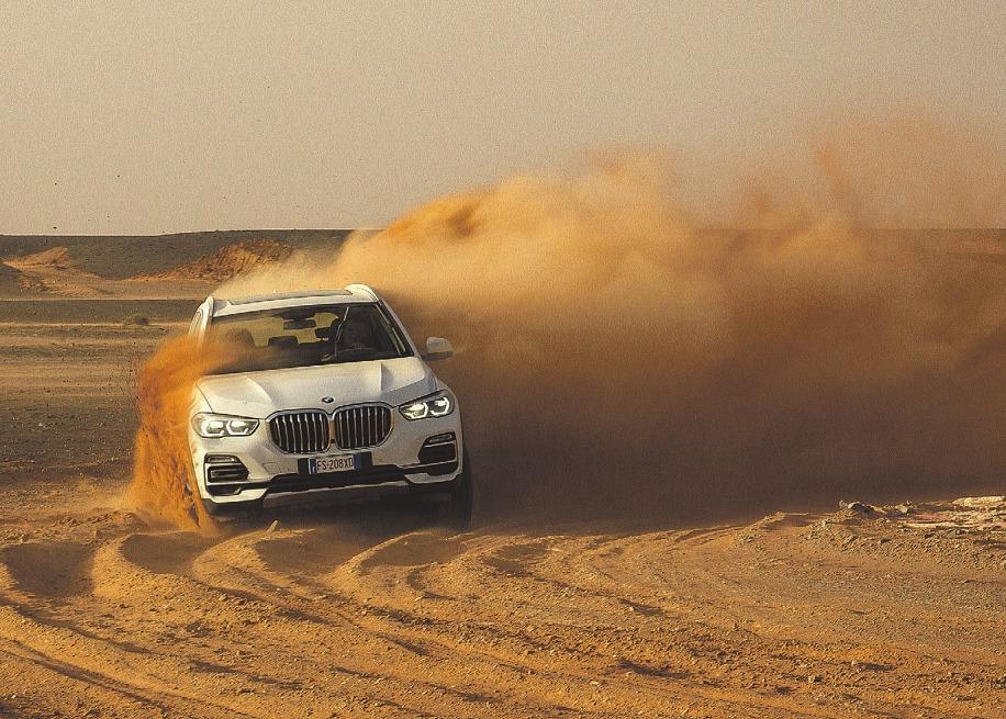 Härtetest in der Wüste: BMW schickte seinen X5 auf eine nachgebaute Strecke des legendären Rennens von Monza Foto: BMW